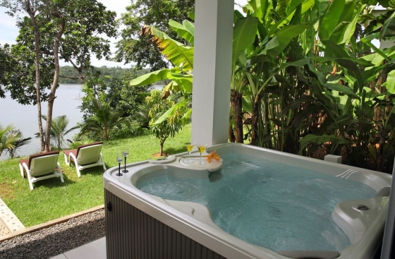 Deluxe Bungalows Sea-facing with king-sized bed, hot tub, & private garden